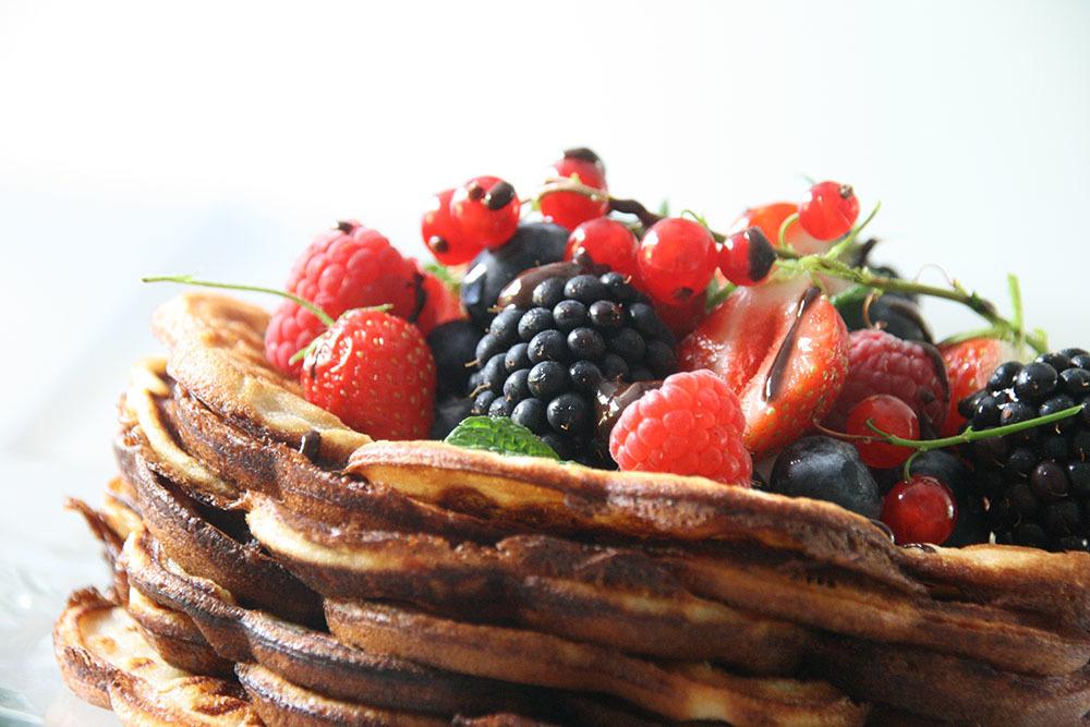 vaffel med frisk frugt, flødeskum og chokoladesauce