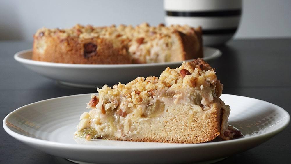 Opskrift på lækker æble/rabarberkage med sprød crumle