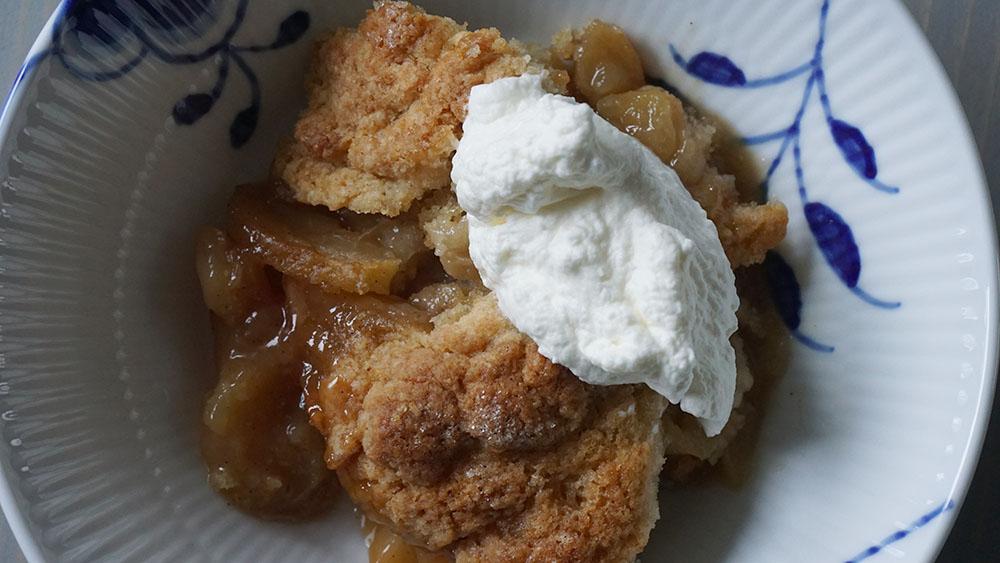 opskrift på æblekage med kanel og en god klat flødeskum