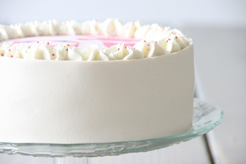 fødselsdagslagkage i børnehøjde med hindbær og hvid chokolademousse - opskrift