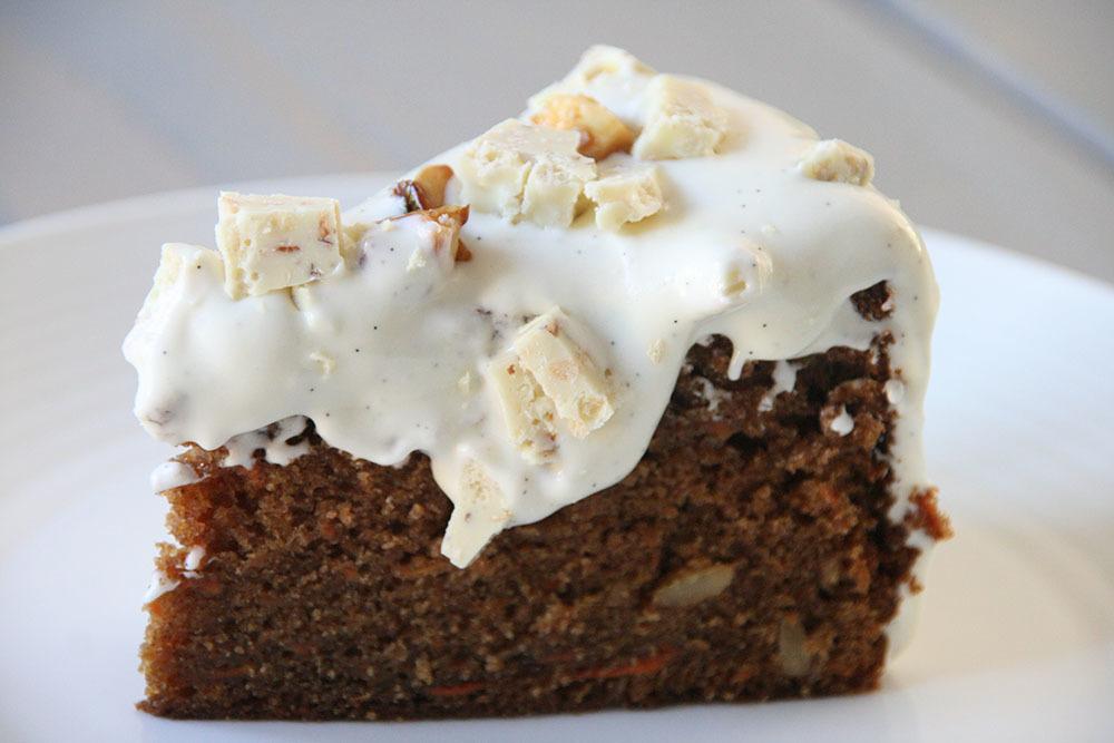 Syndig gulerodskage med verdens bedste vaniljeprikket cream cheese frosting - opskrift