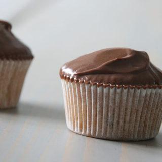 Luftige banan cupcakes med silkeblød chokolade-karamel frosting