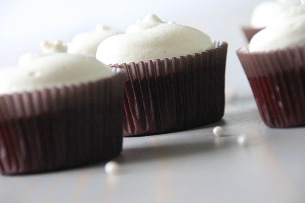 Opskrift på lækre og saftige red velvet cupcakes med hvid chokolade cream cheese frosting
