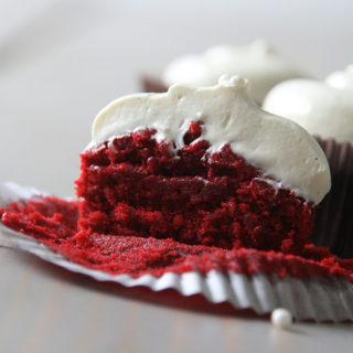 Opskrift på red velvet cupcakes med hvid chokolade cream cheese frosting