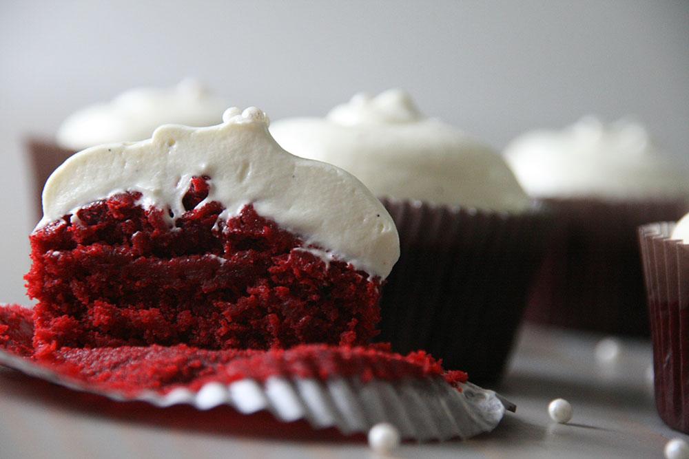 verdens bedste ppskrift på red velvet cupcakes med hvid chokolade cream cheese frosting