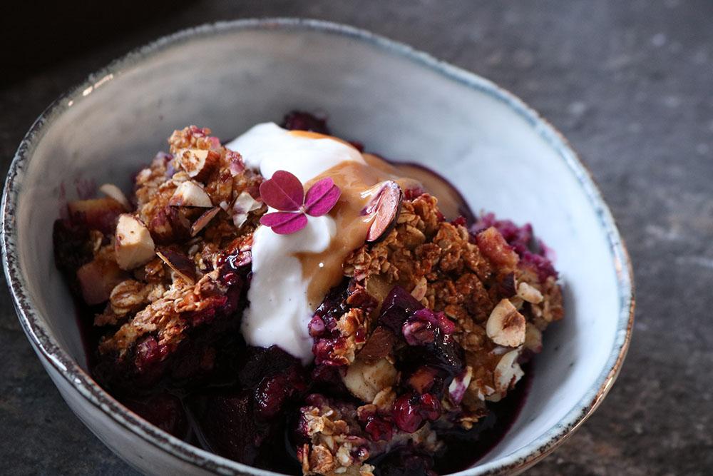hurtig og nem bagtgrød med masser af bær - lækker opskrift på morgenmad