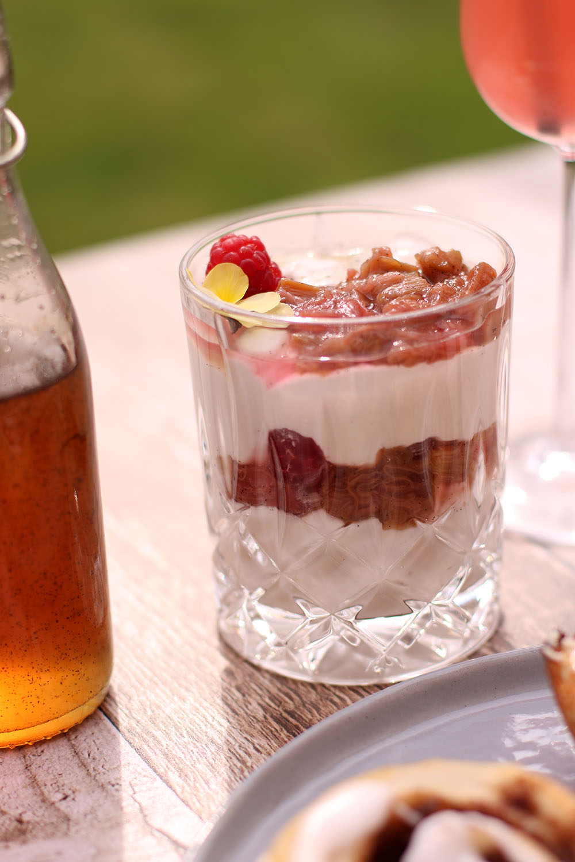 Hjemmelavet rabarber kompot, vaniljesirup og læskende rabarber cocktail
