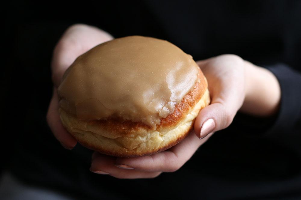 Donut med karamel glasur og karamel indre
