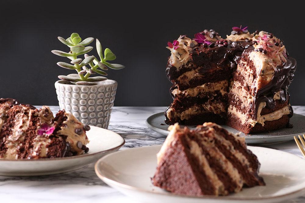 Himmelsk chokolade brownie kage med cookie dough fyld
