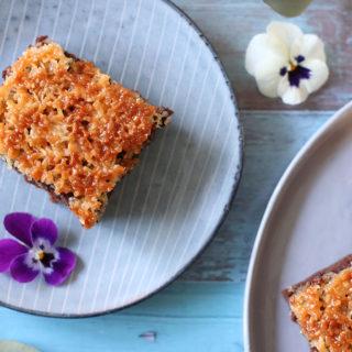 Opskrift på lækker chokoladekage med karamelliseret kokoslåg