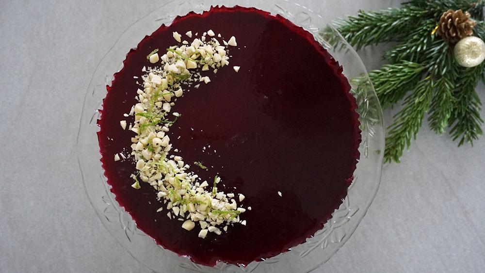 Opskrift på frisk og cremet cheesecake med solbærgelé