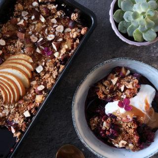 Syndig bagt morgenmad med masser af bær – opskrift på sundere morgen crumble