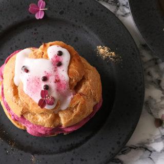 Hjemmelavet luksus fastelavnsboller med vaniljecreme og solbærmousse