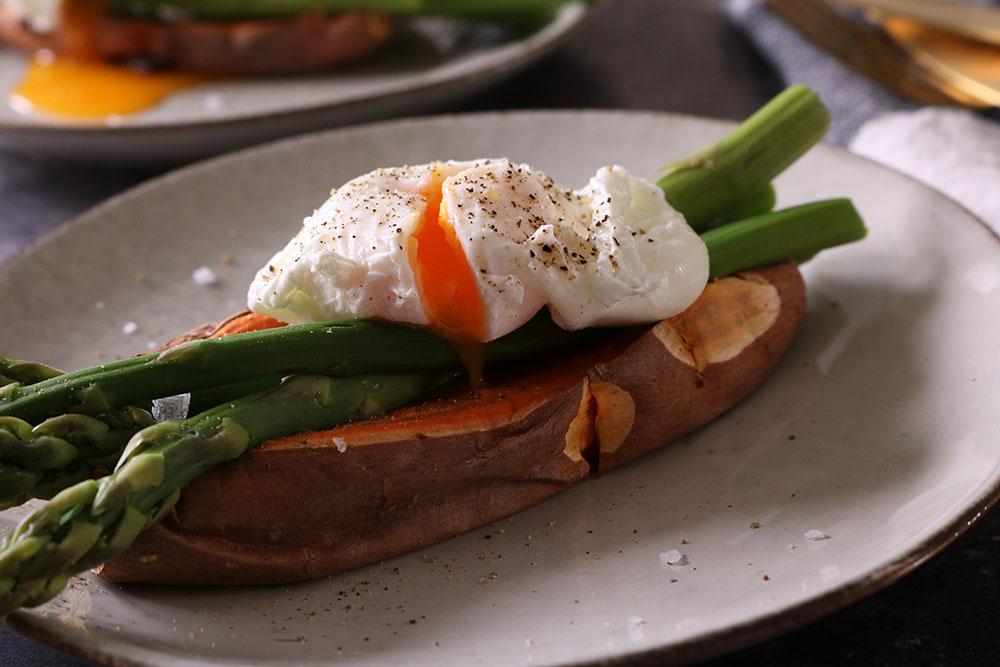 sund frokost af bagt sød kartoffel, asparges og pocherede æg