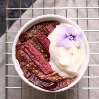 Opskrift på sund bagt grød med rabarber og vaniljecreme