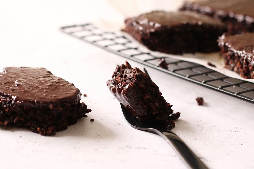 vegansk og glutenfri brownie toppet med chokoladecreme